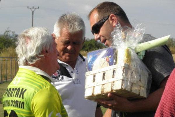 Funkcionári TJ Spartak Horná Streda si uctili jubilanta – 70-ročného bývalého kanoniera Spartaka a neskôr trénera mládeže i funkcionára pána Emanuela Domina.