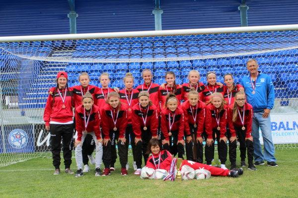 Čerstvé bronzové medailistky zmajstrovstiev Slovenska – žiačky FC Union Nové Zámky.