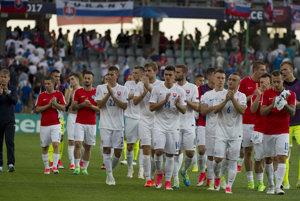 Na snímke smutní slovenskí futbalisti spolu s trénerom Pavlom Hapalom (vľavo) ďakujú divákom.