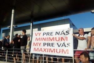 Jeden z transparentov počas začiatku štrajku vo Volkswagene v utorok ráno.