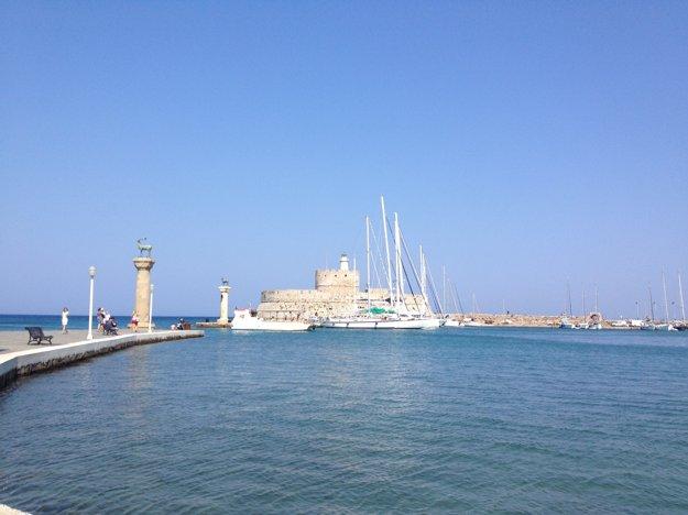 V prístave Mandraki sa kedysi nachádzal Rodský kolos