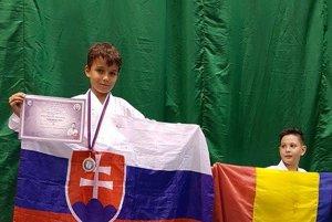 Alexander Broďani sa teší zo zlatej medaily.