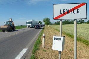 Na vstupe a výstupe z Levíc, pri mliekarňach a na Tlmačskej ceste, boli osadené monitorovacie zariadenia.