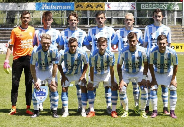 Základná zostava FC: hore zľava Šípoš, Kóša, Gužík, Zelenka, Fabiš, Fábry, dolu Macho, Guláš, Peseky, Záhon, Homola.