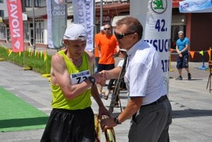 Minuloročný víťaz Viktor Starodubtsev aMilan Pollák, hlavný organizátor Kysuckého maratónu.