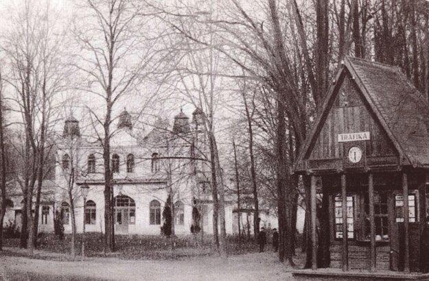 Korčuliarsky pavilón a trafika v mestskom parku na obrázku spred r. 1918.