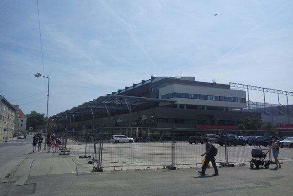 Pozemok vraj City Arena mestu odpredá, proti hradbám nie sú.