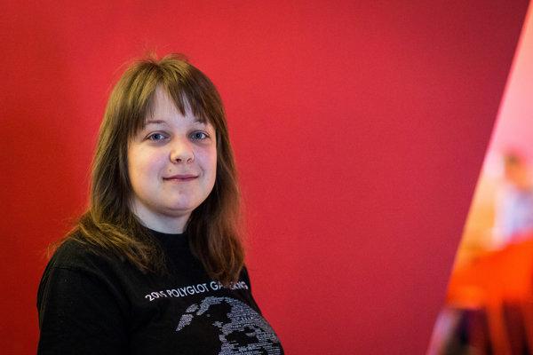Judith Meyer (33) je Nemka, ktorá žije na pomedzí jazykov, učenia a technológie. Vytvorila webové jazykové kurzy nemčiny, gréčtiny aj arabčiny pre LanguagePod101, napísala niekoľko kníh o učení sa jazykov, naprogramovala systém strojového prekladu a najnovšie vyvinula LearnYu.com, online kurz čínštiny založený na umelej inteligencii. Do Bratislavy prišla na Stretnutie polyglotov.