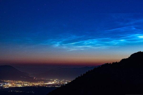 Nočné svietiace oblaky a mesto Martin.