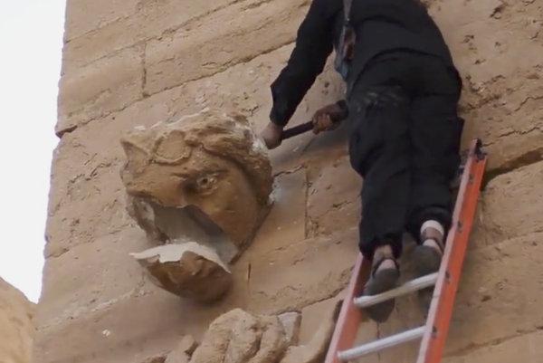 Ničenie kamennej sochy v starovekom irackom meste Hatra v apríli 2015