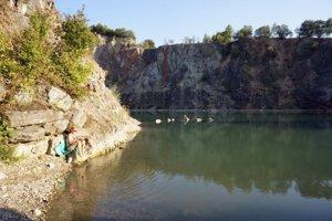 Zatopený lom pri Beňatine volajú rekreanti Malé Chorvátsko.
