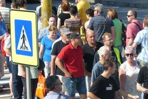 Protestujúci Prešovčania prechádzajú cez Levočskú ulicu.