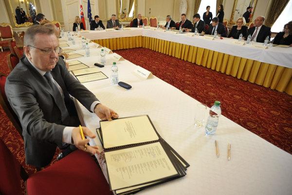 Krajský šéf Smeru v prešove Stanislav Kubánek nedávno dostal pokutu za podnikanie, ktoré majú poslanci zakázané.