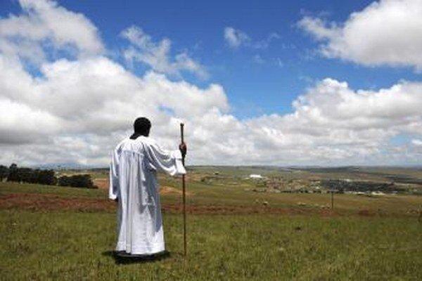 Kňaz sa modlí smerom k dedine Qunu.