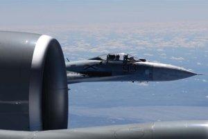 Ruská stíhačka SU-27 je na fotografiách tak blízko ku krídlu amerického lietadla RC-135U, že je vidno aj pilota v jej kokpite.