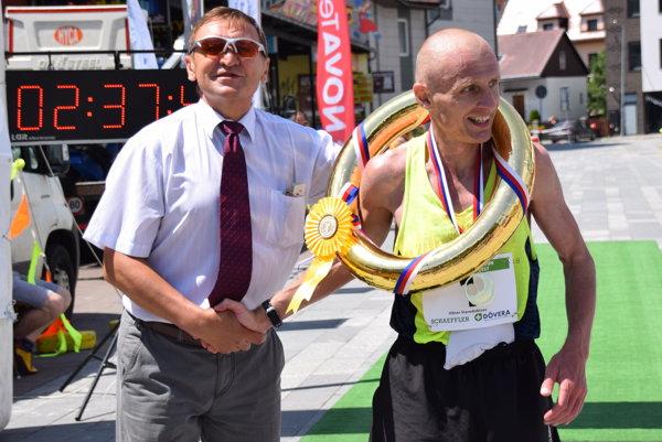 Ukrajinec Viktor Starodubtsev prijíma gratulácie od MIlana Polláka.