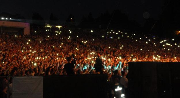 Večer v dave fanúšikov svietili tisícky mobilov.