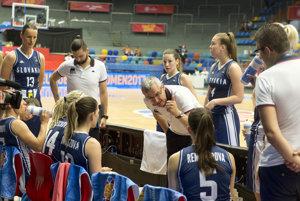 Tréner Marian Svoboda rozdáva pokyny svojím zverenkyniam.