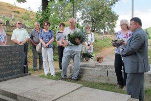 Spomienka pri hrobe Ľudovíta Mikuláša.