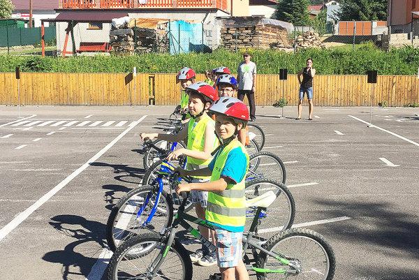 Malí cyklisti sa na ihrisku veľa naučia.