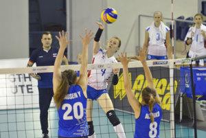 Dominika Drobňáková (uprostred) smečuje v zápase proti Fínsku.