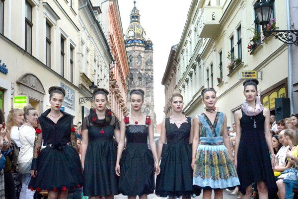 Modely Júlie Zelenej. Na Mlynskú priniesla svoju čierno-červenú kolekciu.