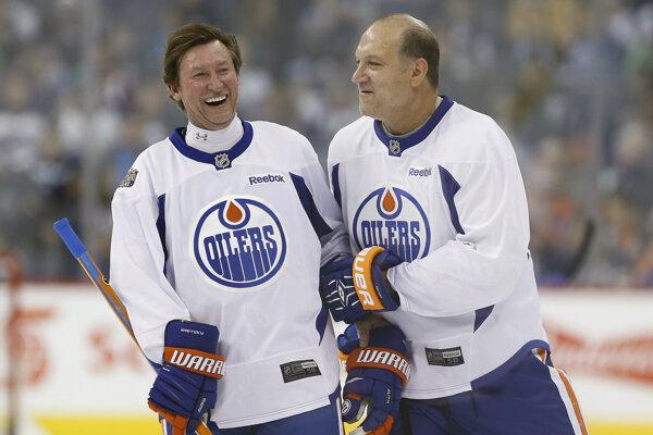 Na archívnej snímke z 21. októbra 2016 bývalí hokejisti Edmontonu Oilers Wayne Gretzky (vľavo) a Dave Semenko sa rozprávajú počas tréningu pred exhibičným zápasom legiend pod holým nebom Winnipeg Jets - Edmonton Oilers na štadióne Investors Group Field vo Winnipegu.