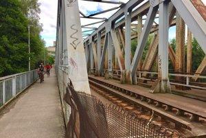 Starý železničný most v Trenčíne. Aktuálne slúži jeho časť pre chodcov a cyklistov.