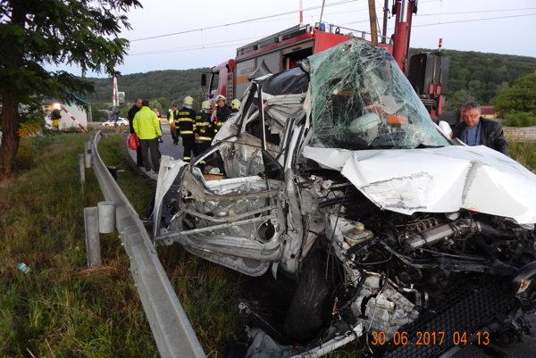 Auto ostalo po zrážke úplne zdemolované.