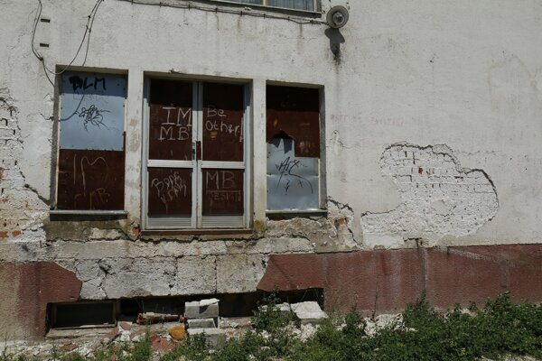 Na budove bývalej polikliniky sa nepodpísal iba čas, ale i vandali.