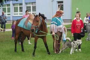 Šamanka Judy prišla so psíkom aj koníkom