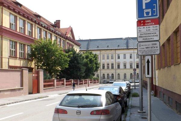 Na Osvaldovej ulici sa už za parkovanie platí. Ak nemáte parkovaciu kartu, musíte poslať esemesku.