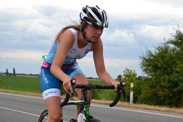 Aneta Kašubová na cyklistickej časti.