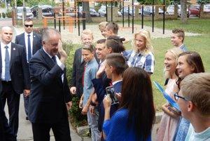 Žiaci zo Základnej školy s materskou školou Hradná v Liptovskom Hrádku si koncoročné vysvedčenia prevzali výnimočne z rúk prezidenta Slovenskej republiky Andreja Kisku.