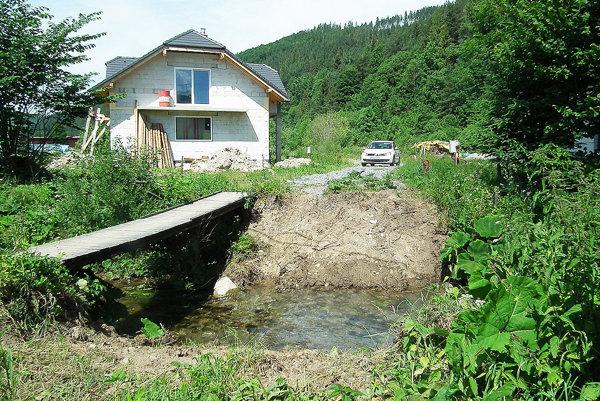 Na premostenie potoka žiada obec peniaze zfondov.