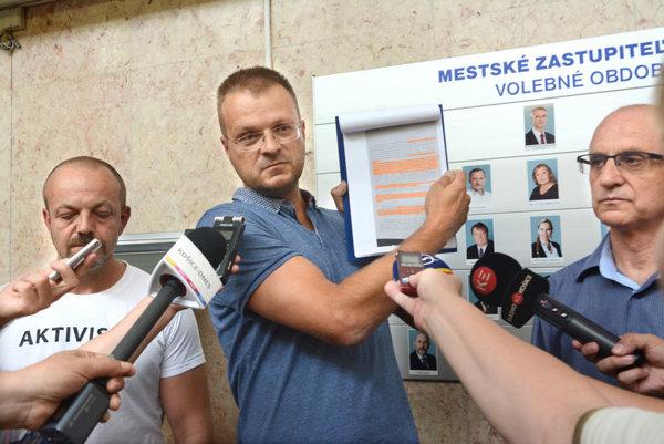 Aktivisti. Minulý týždeň ukázali dôkaz otom, že NKÚ po kontrole konštatoval rozpor zmluvy mesta sEEI so zákonom. Pred verejnosťou sa to utajovalo, hoci mesto podalo na NKÚ žalobu už vmarci.