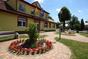 Nový obecný úrad vo Veľkej Lehote a priestranstvo pred ním.