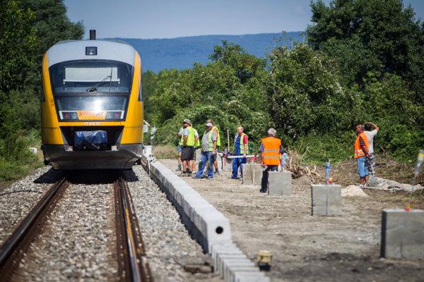 Výstavba dočasnej železničnej zastávky vo Vrakuni, projekt si platila mestská časť sama, aby nemusela čakať na veľkú zastávku od ŽSR.
