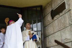 Posvätenie pamätnej tabule kardinálovi Jánovi Chryzostomovi Korcovi v Terchovej.
