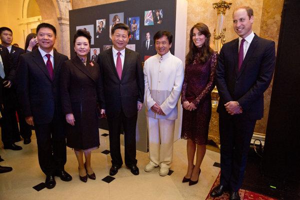 Jackie Chan (v strede vpravo) s čínskym prezidentom (v strede vľavo).
