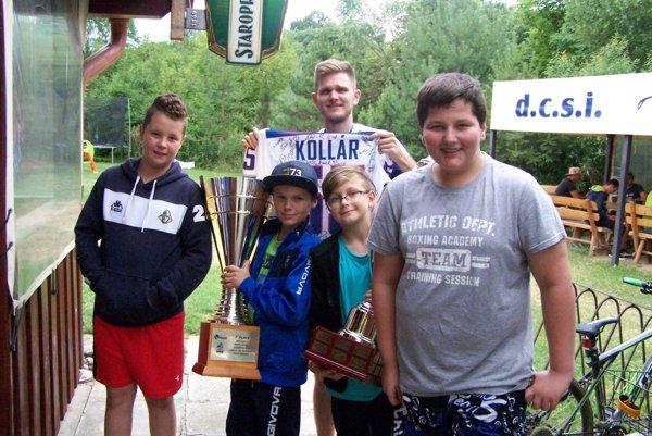 S majstrom sveta Martinom Kollárom avzácnymi pohármi si radi zapózovali aj mladí hokejbalisti zMedokýša.