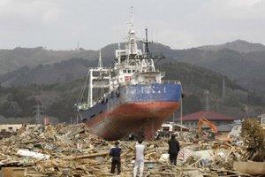 Rybárska loď, ktorú vlna cunami po ničivom zemetrasení vyplavila na breh v meste Kesennuma na severovýchode Japonska.