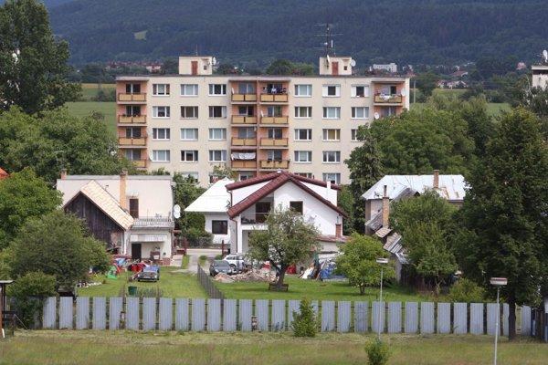 Ľudia nachádzajú v Kováčovej bývanie v rodinných domoch aj v bytovkách.