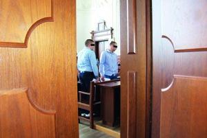 Dvaja z piatich obžalovaných v pojednávacej miestnosti.