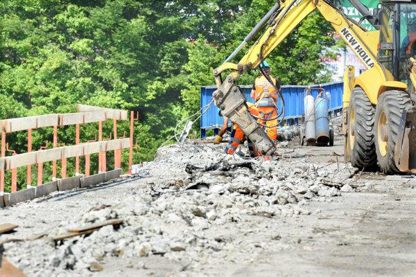 Práce na moste sa rozbehli naplno, pracuje sa prakticky nonstop.