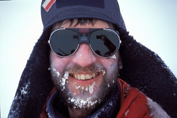 Marek Kamiński stál v roku 1995 s Wojciechom Moskalom ako prvý Poliak na severnom póle. Bez pomoci prešli 800 kilometrov. V ten rok dobyl sám aj južný pól, zdolať oba póly v jeden rok dokázal ako prvý na svete. Okrem toho prešiel Amazonku k prameňu, n