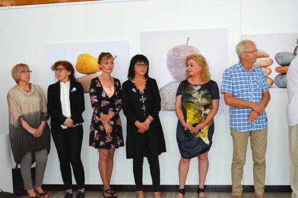 Na výstave sú diela učiteľov z troch miest.