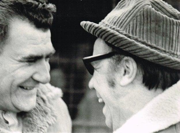 Predseda ČSFZ Rudolf Tvaroška (vľavo) s reportérom Gabom Zelenayom.
