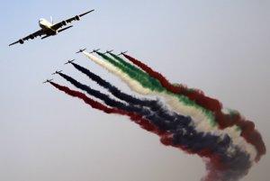 Al Fursan sprevádza Airbus 380 počas leteckej šou v Dubaji.