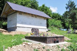 Budova je malá, ale pre potreby hrobárov bude stačiť.